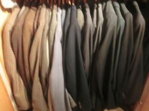 Es ist erstaunlich, wieviele Kleider sich mit der Zeit ansammeln. Man sollte ausmisten, wenn Sachen dabei-sind, die man zum Teil seit Jahren nicht mehr trug (Foto: Remo Maßat)