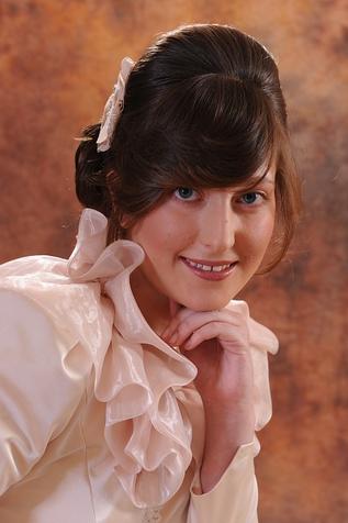 Schon seit Jahren geht der Trend bei Brautmode hin zu kremfarbenen und elfenbeinfarbenen Brautkleidern