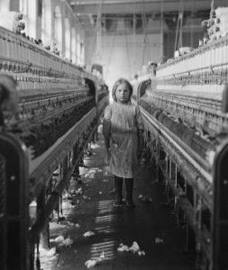 Kinderarbeit gab es auch in Europa und auch in der Schweiz und galt nicht als anrüchig. Es ist zu einfach, auf Schwellenländer und Entwicklungsländer mit dem Finger zu zeigen und dort einfach gar nicht zu kaufen.