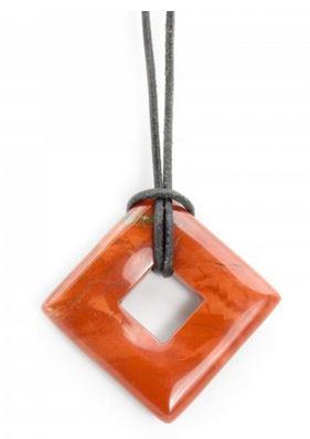 Ein oranger Jaspis-Edelstein an einer schlichten Schnur als Kette