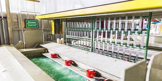 Elektropolieren ist eine Methode, die in der Textilindustrie angewandt wird bei Metallteilen von höherwertig verarbeiteten Textilien (Bildquelle: <a href='https://www.alube.de/elektropolieren/'>Alube.de</a>)